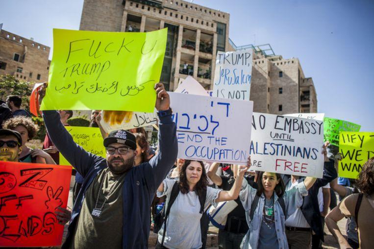 Israëlische en Palestijnse demonstranten voor de Amerikaanse ambassade. Beeld AP