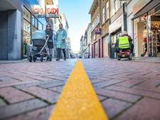 Lange gele lijn is een boodschap voor shoppers in Goes: blijf rechts!