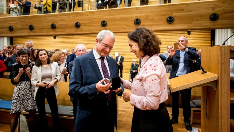 Burgemeester Femke Halsema en rabbijn Menno ten Brink tijdens een Chanoekadienst voor het joods lichtjesfeest bij de Liberaal Joodse Gemeente. Beeld anp