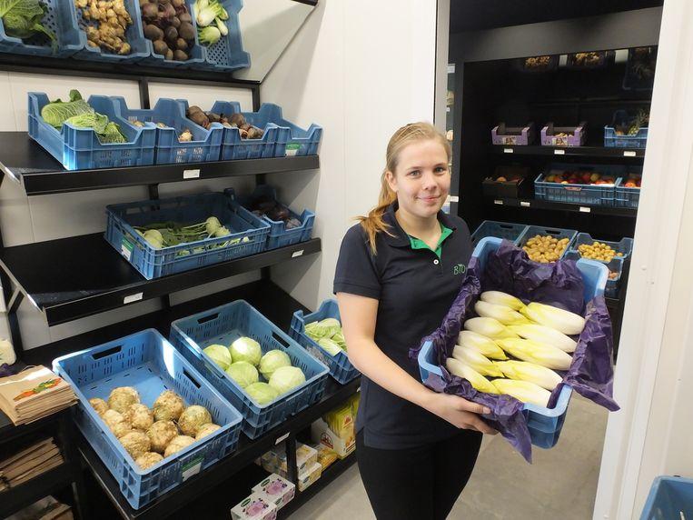 Zaakvoerster Amber Vander Hauwert tussen haar biologische groenten.