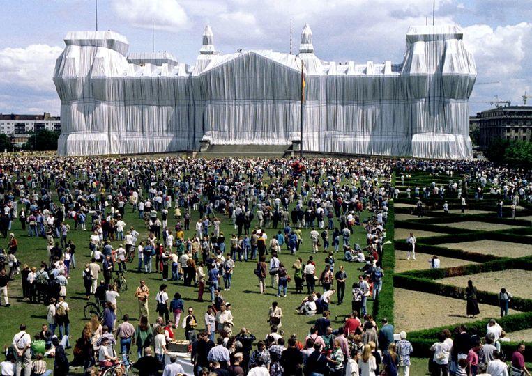 Vijf miljoen bezoekers zagen in 1996 het werk Wrapped Reichstag in Berlijn. Beeld X00320
