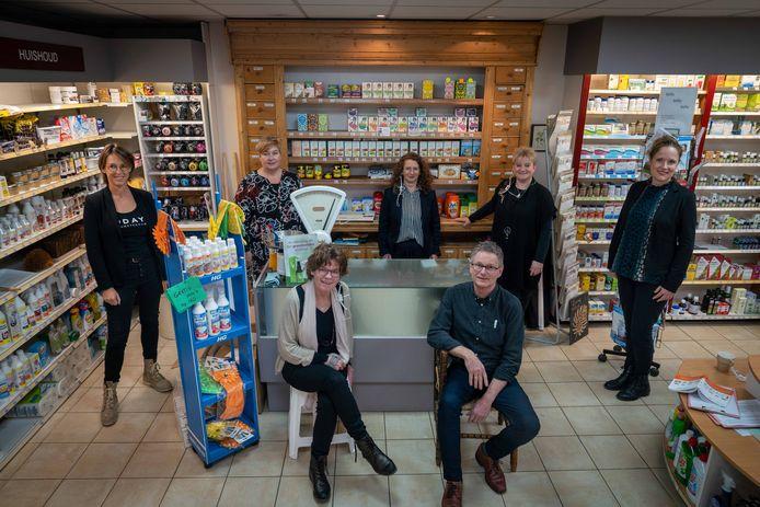 Kees en Karin van Rijn en hun medewerkers in de zaak die zowel een drogisterij als een verfwinkel is.