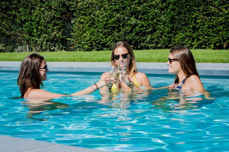 Hoe groter en dieper je zwembad, hoe meer energie het kost om het op een aangename temperatuur te houden.