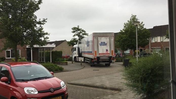 Vrachtwagens denderen door de smalle bochtige straten in het wijkje Plan Moormann in Goor.