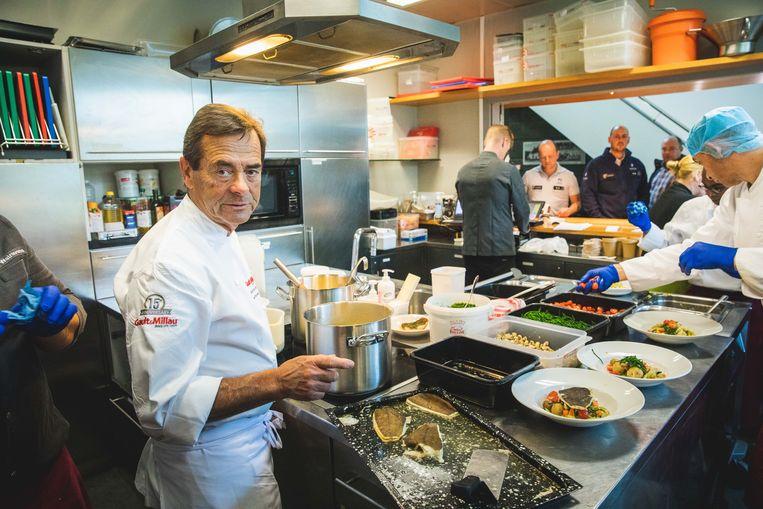 Chef Danny Horseele in de keuken van het sociaal restaurant in Nieuw Gent.
