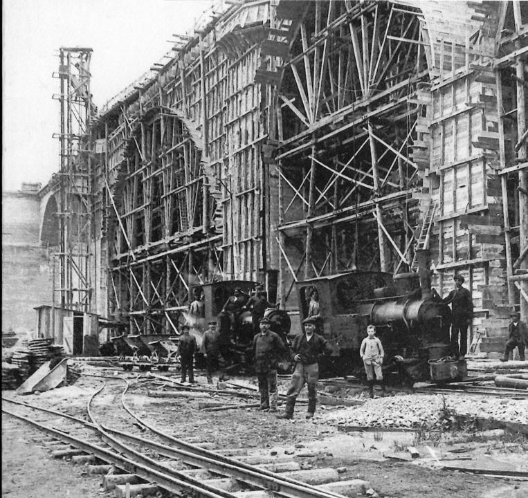 Een jaar lang hebben zo'n 12000 arbeidskrachten gewerkt aan de spoorlijn.