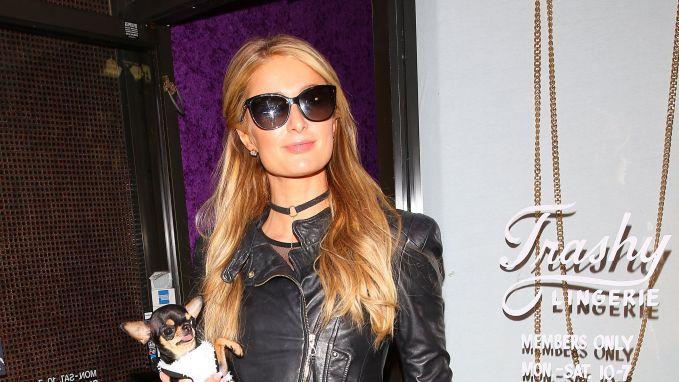 Paris Hilton past Halloweenkostuums (en daar hangt niet altijd veel stof aan)