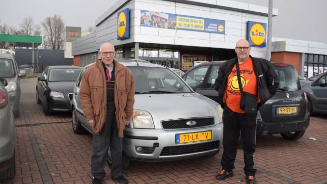 """Shoppende Nederlanders lijken niet onder de indruk van verbod op niet-essentiële reizen: """"Wat is essentieel? Wij komen hier elke week boodschappen doen"""""""