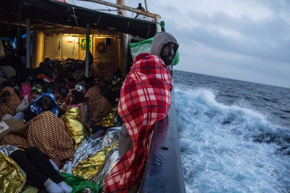 Geredde vluchtelingen aan boord van een schip van de Spaanse ngo Proactiva Open Arms, die eergisteren werden gered voor de kust van Libië.