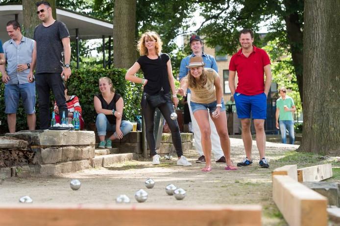 Relaxte sfeer in het Wilhelminapark waar 64 mensen meedoen aan het eerste Mooie Boules. foto rené schotanus/pix4profs