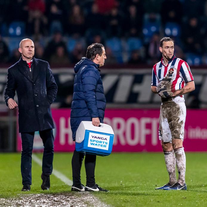 Freek Heerkens moet het veld met rood verlaten, Reinier Robbemond kijkt toe.
