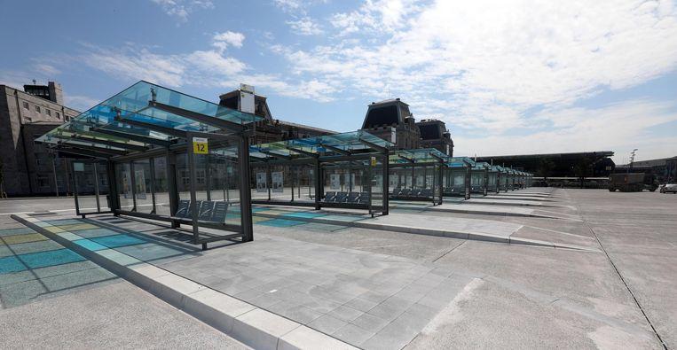 De haltes met groene en blauwe glazen luifels staan op het Stationsplein en de vroegere parking.