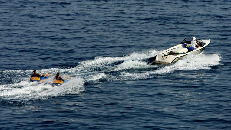Watersporters zittend in een rubberen band voor de kust van Monaco Beeld anp