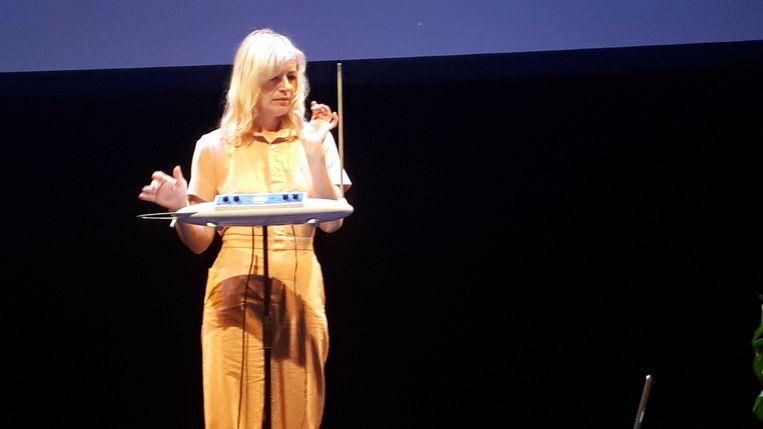 Dorit Crysler demonstreert de theremin in het Compagnietheater. Beeld Peter van Brummelen