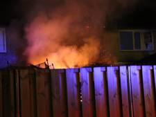 Drie woningen beschadigd na brand afdak in tuin aan Desmijndijk Roosendaal