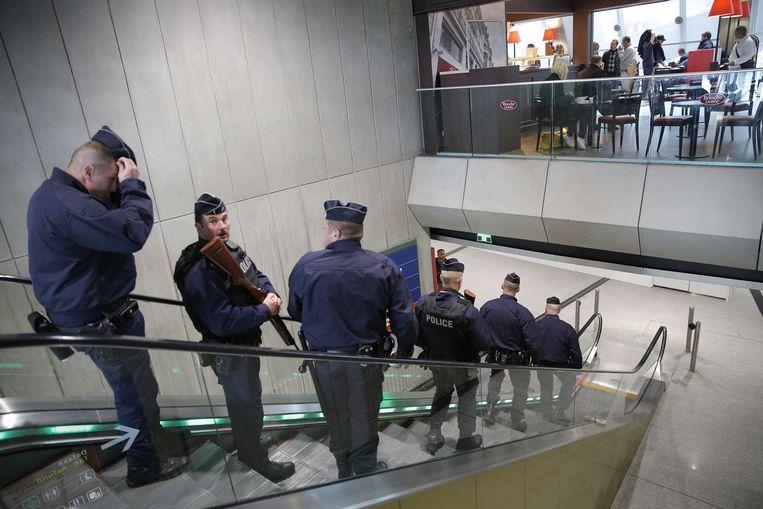 In de luchthaven Charles de Gaulle bij Parijs patrouilleren heel wat agenten sinds vlucht MS804 van Parijs naar Caïro van de radar verdween.