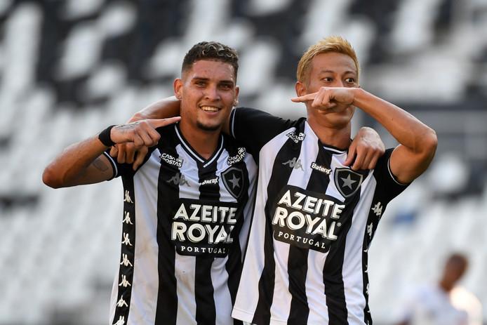 Keisuke Honda viert zijn goal met Rafael Navarro.