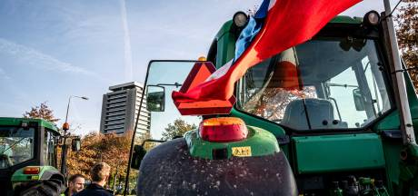 Boze Brabantse boeren met tractoren onderweg naar Eindhoven Airport