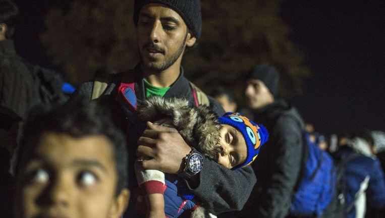 Mensen wachten op een mogelijkheid zich te laten registreren bij de Grieks-Macedonische grens Beeld afp