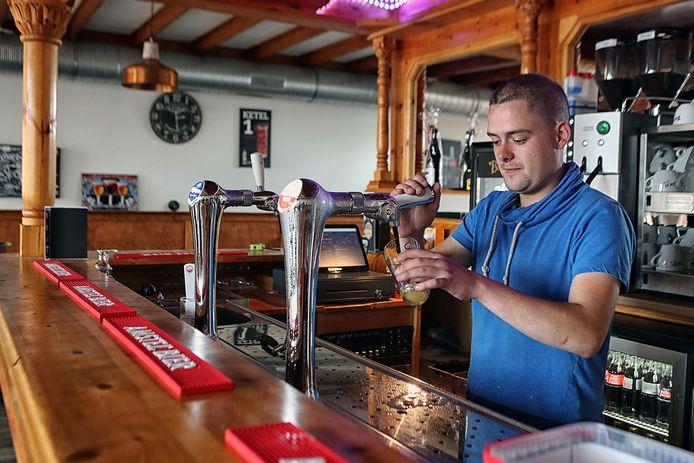 """Eigenaar Ralph van de Berg achter de bar van zijn café 't Pleintje in Hoogerheide. ,,Ik ben in overleg met Rijdende Rechter Meester Frank Visser. Ik laat het er niet bij zitten""""."""