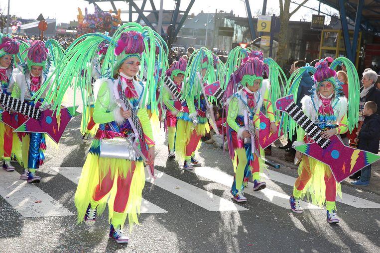 Nog een kunst die De Froesjeleirs als geen ander beheersen: onverwachte thema's vertalen naar Carnaval Halle. Vorig jaar trokken ze als hardrockers naar het carnaval, compleet met elektrische gitaren.