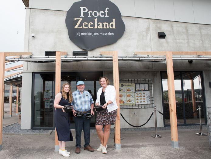 Mosselman Bart Schot (85) bij Proef Zeeland op Neeltje Jans. Links van hem kleindochter Ann Braber (19) en rechts dochter Marieke Braber-Schot (42).