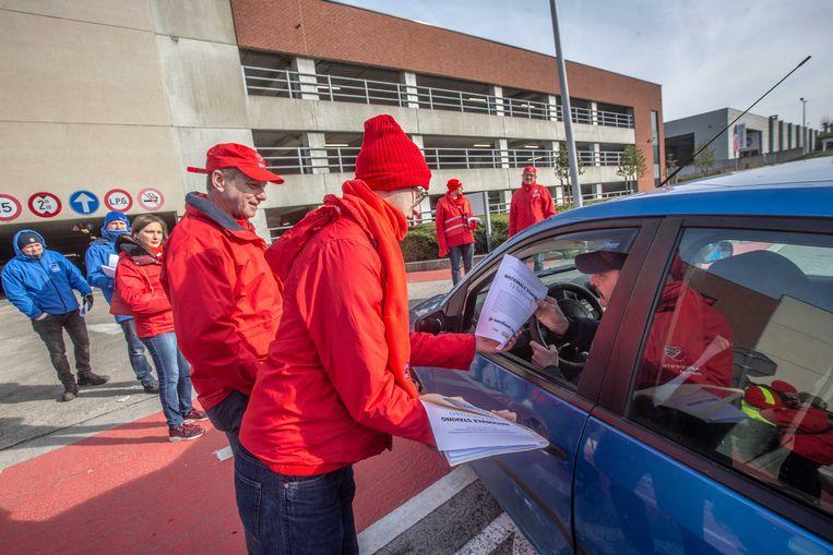 De militanten overhandigden flyers aan de werknemers die wel aan het werk gingen.