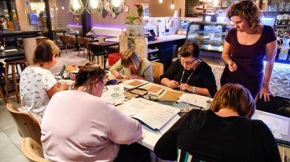 Workshop handletteren, cursisten leren kneepjes van schoonschrift