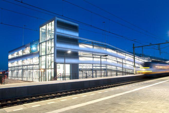 Qua vormgeving lijkt de nieuwe Helster met zwembad, sporthal en theater onder 1 dak op het P+R gebouw bij het station in Elst.