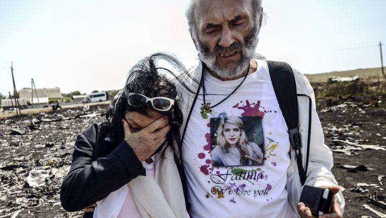De ouders van de 25-jarige Australische Fatima Dyczynsk, die omkwam tijdens de crash met de MH17, tijdens hun bezoek aan de rampplek in juli 2014. Beeld anp