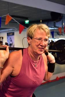 Powerliftende fitnessjuf geeft 'gewoon' les op 65ste verjaardag: 'Stoppen? Daar voel ik me veel te jong voor'
