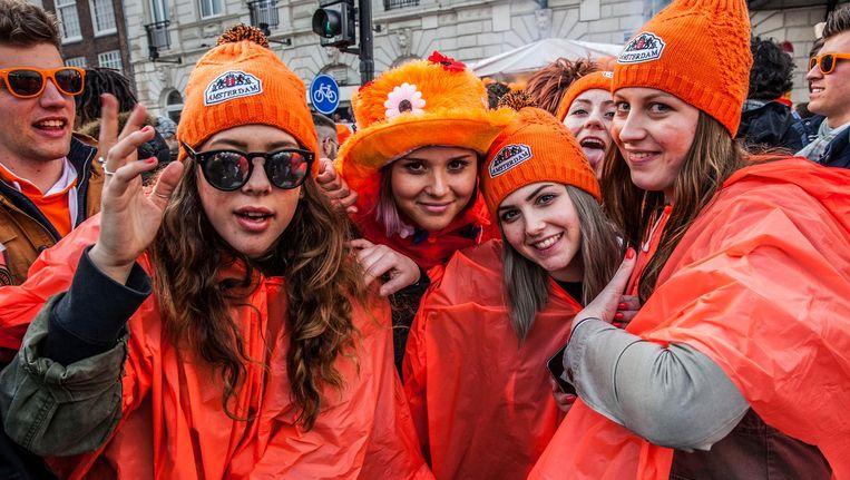 Met een oranje poncho is Koningsdag ook leuk als het regent. Toch? Beeld Amaury Miller