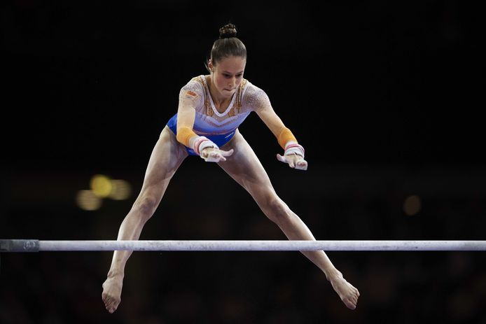 Naomi Visser in actie op de WK turnen.