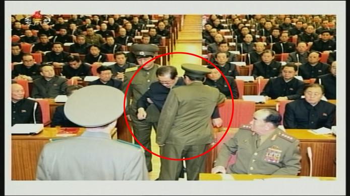 Kim Jong-un's oom Jang Song-thaek wordt gearresteerd tijdens een vergadering in 2013.