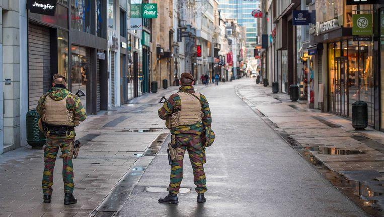 Militairen op straat in Brussel. Beeld epa