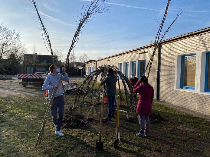 Ouders en leerkrachten bouwden de wilgenhutten.