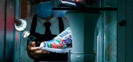 Cette paire de baskets unique vise le million de dollars aux enchères