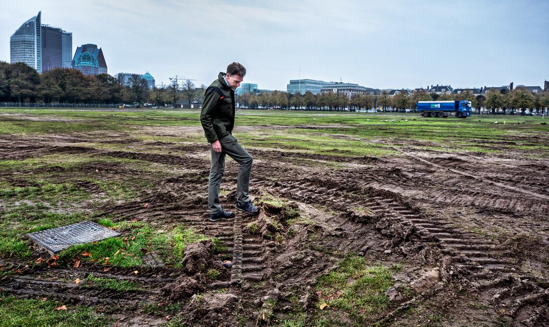Marcel van Dun van Staatsbosbeheer bekijkt de schade op het Malieveld na de demonstraties van boeren en bouwvakkers. Beeld Raymond Rutting / de Volkskrant
