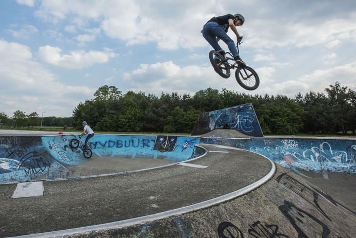 De skatebaan in het Reeshofpark. In het zwarte shirt is Mika Sebes, in het witte shirt Jules de Boer.