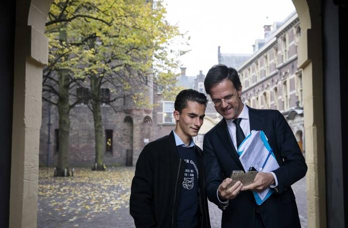 Premier Mark Rutte werkt mee aan een selfie op het Binnenhof in Den Haag. Foto ANP