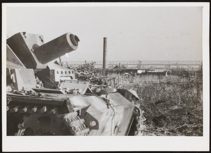 Een Poolse tank probeert de betonnen muren bij Moerdijk kapot te schieten.