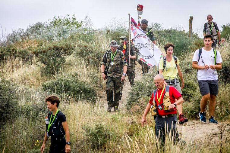 Wandelaars in de duinen bij de kazerne in Lombardsijde.