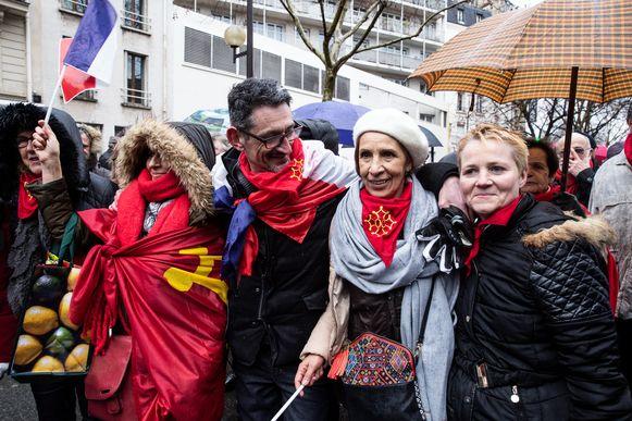 'Rode sjaaltjes' in de straten van Parijs.