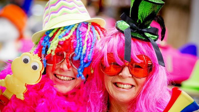 Klanten zijn in de Koopjeshal Tilburg op zoek naar het juiste kostuum voor de carnaval.