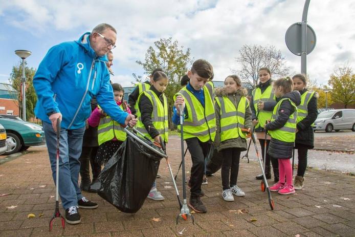 Kinderen uit de Jol krijgen hulp van wethouder John van den Heuvel.
