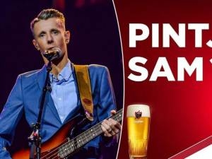 """""""Une petite bière Sam?"""": la pub de Jupiler qui laisse un goût amer"""