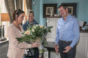 Onze journalist Joeri De Knop met bloemen voor Agnes en Lore.