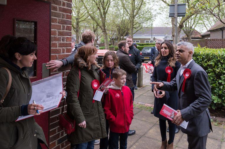 De burgemeester van Londen, Sadiq Khan (rechts), en Labourparlementariër Rosena Allin-Khan (naast hem) gaan met partij-acivisten langs de deuren in Wandsworth.  Beeld HH
