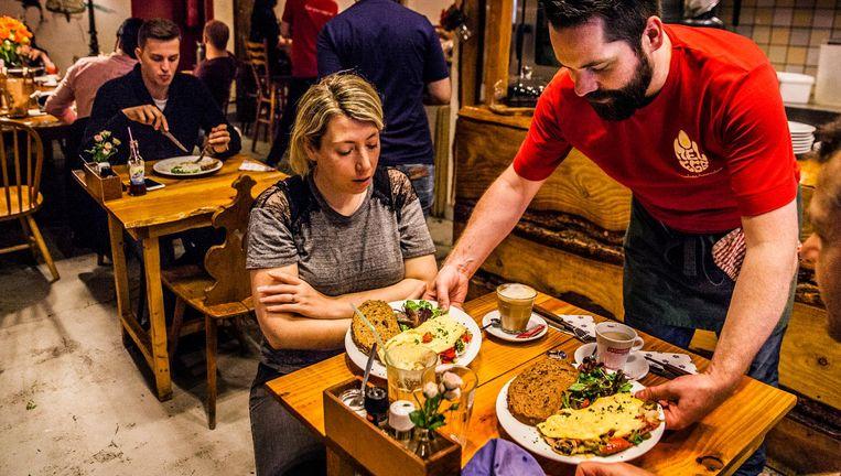 Gasten bij restaurant Omelegg in Amsterdam. Ondanks het gifeierenschandaal van deze week, zat Omelegg vol. De eigenaar van het restaurant is ervan overtuigd dat zijn ingrediënten 'schoon' zijn. Beeld null