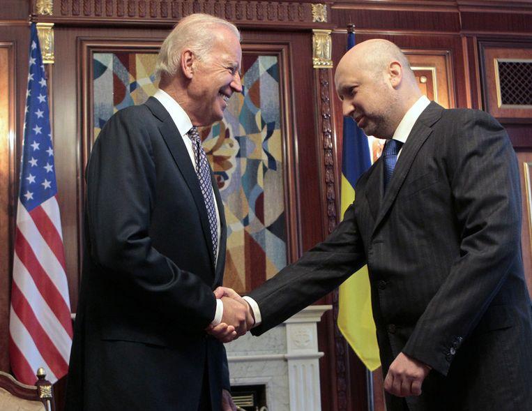 De Amerikaanse vicepresident Biden (links) en interimpresident Toertsjinov van Oekraïne vandaag. Beeld ap